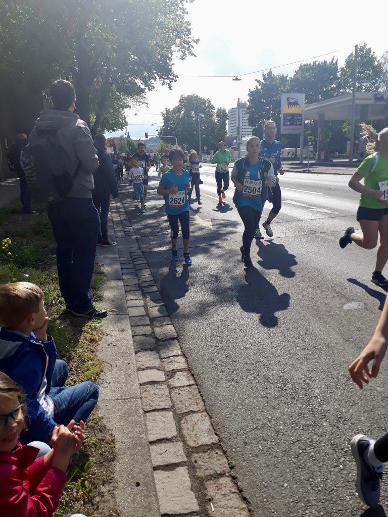 Schülerinnen laufen
