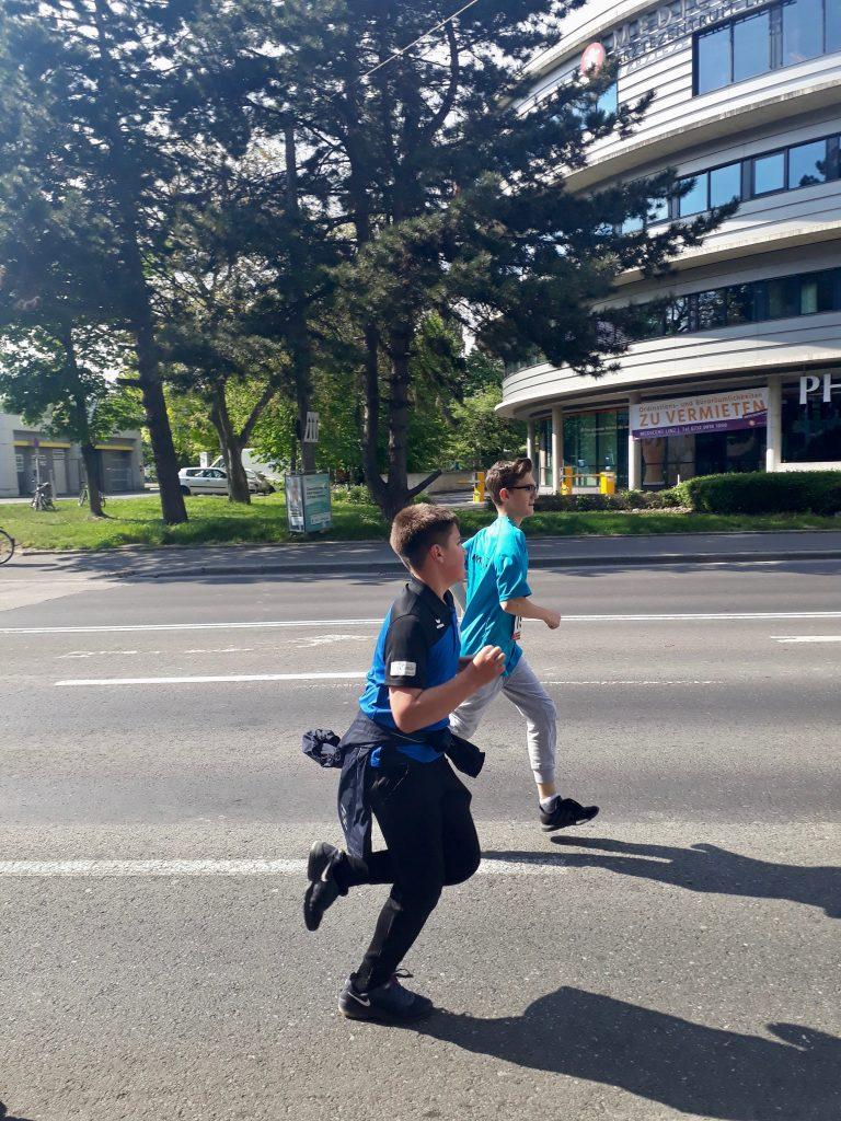 Schüler laufen