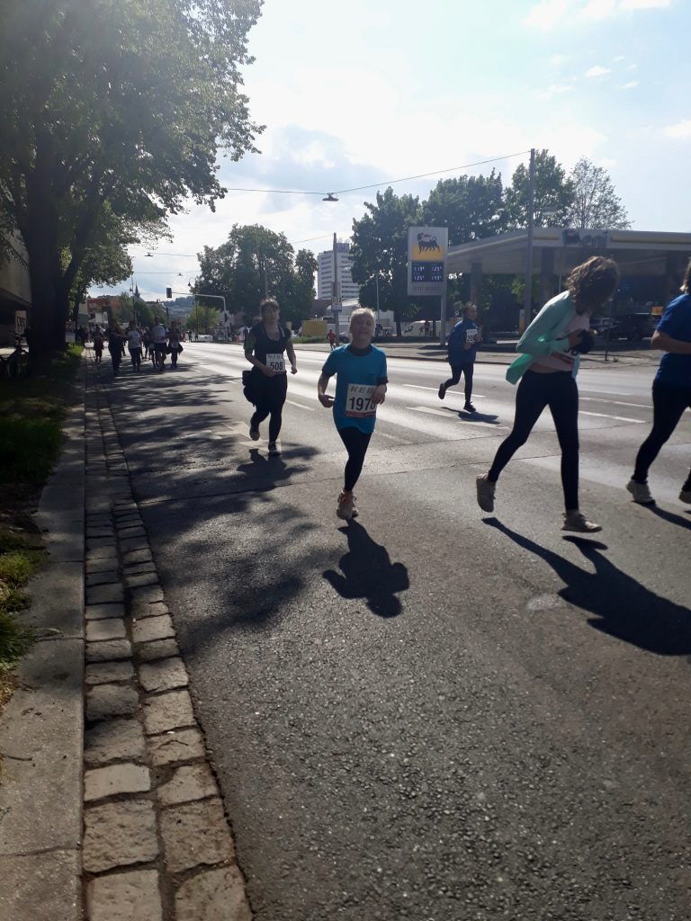 Schülerin läuft